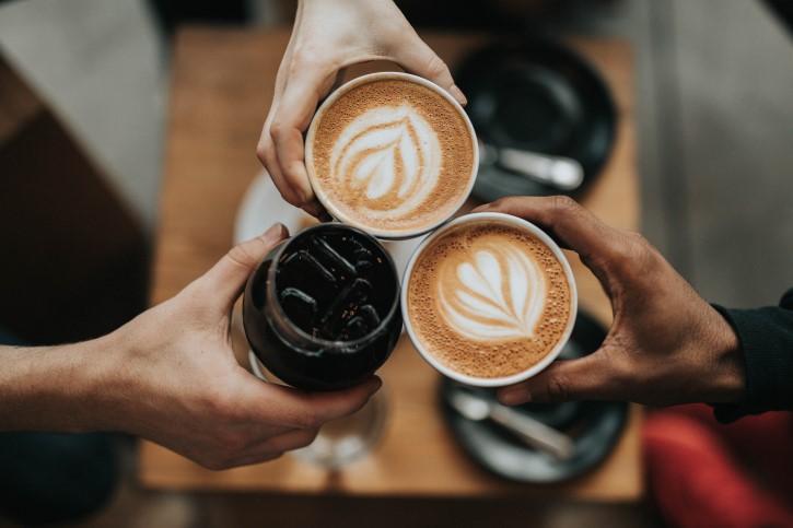 dos tazas de cafe y un refresco de cola