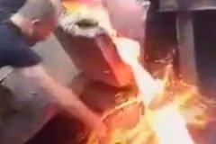 hombre juega con metal caliente