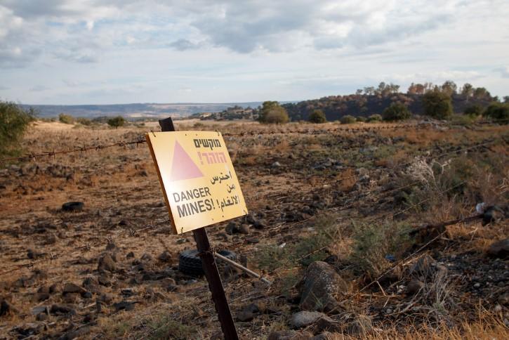 letrero peligro en campo minado