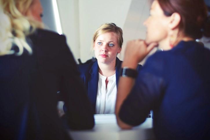 mujer escuchando conversacion