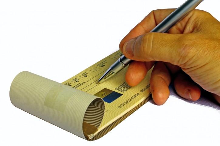 persona escribe un cheque