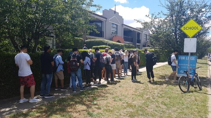 personas esperando en un fila