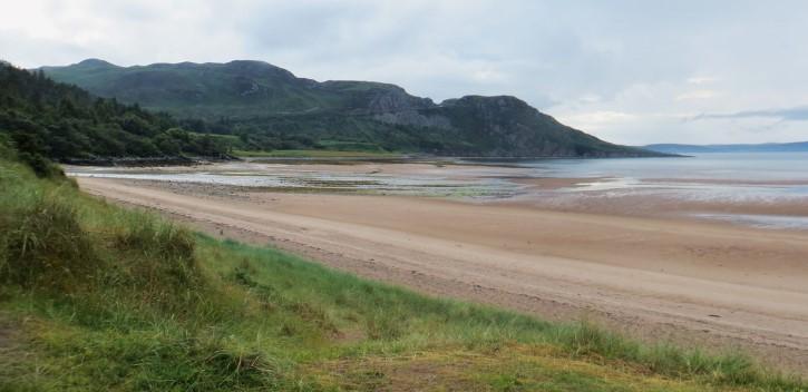 playa en escocia frente a la Gruinard