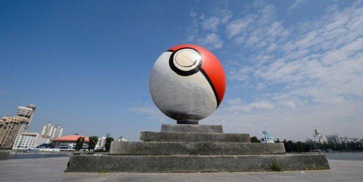 pokebola gigante en ciudad rusia