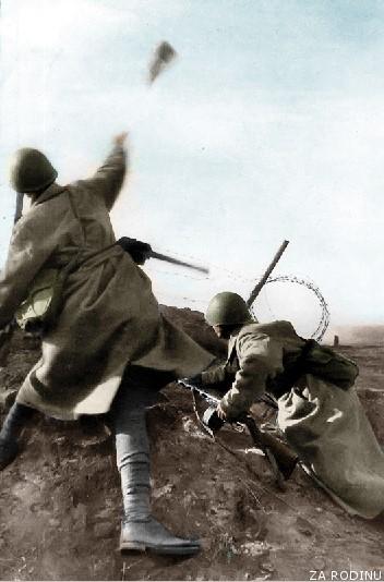 ruso lanzando granadas de mano