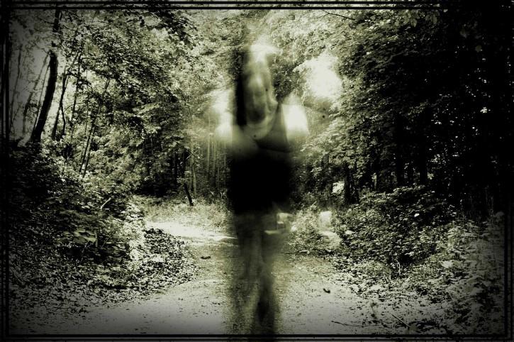 fantasma de mujer en medio del bosque