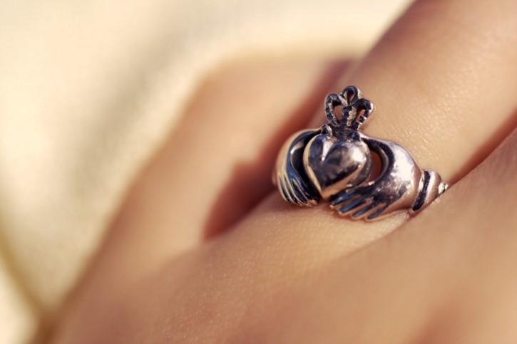 anillo corazon y manos