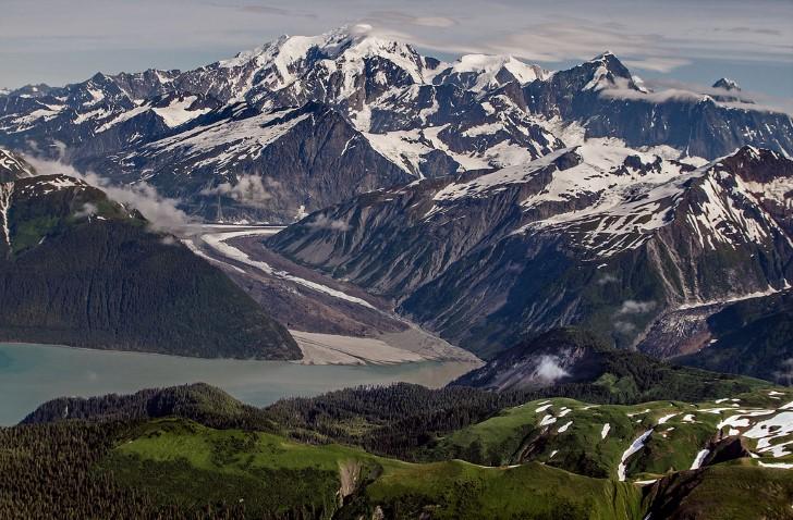 Bahia lituya vista de las montañas