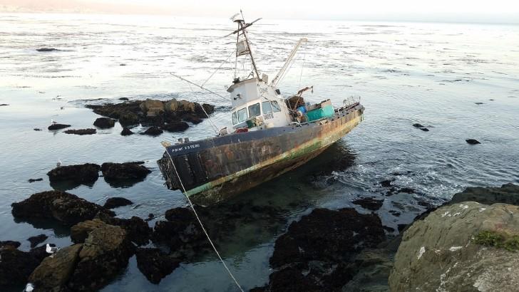 Barco pesquero encallado