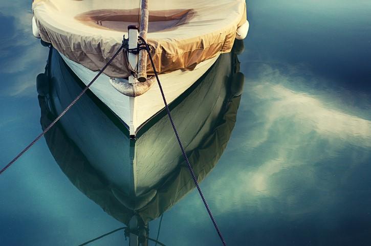 Barco sobre el agua calma