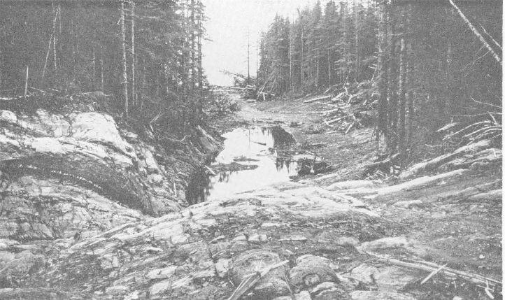 Canal en medio de la isla cenotaph en bahia lituya 1958