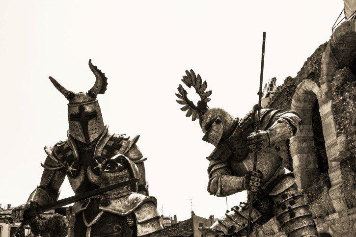Dos caballeros medievales de aspecto aterrador