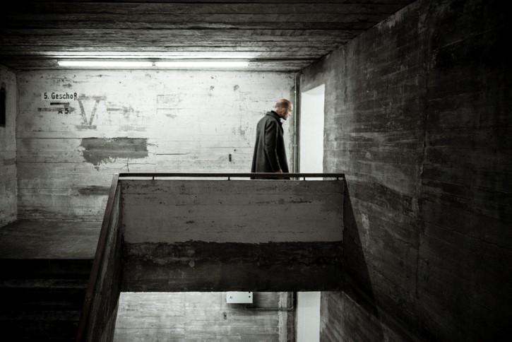 Hombre recorre edificio oscuro