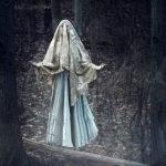Mujer fanstama en el bosque