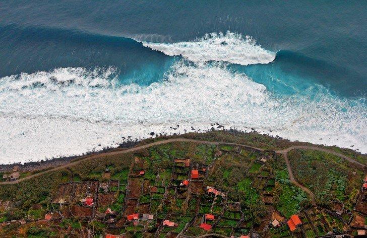 Portada tsunami sobre una ciudad