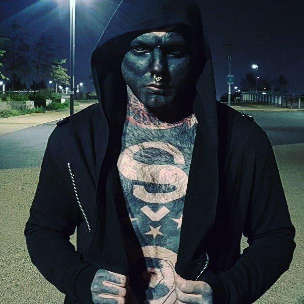 El hombre cubierto de tatuajes (3)