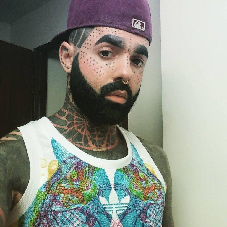 El hombre cubierto de tatuajes (4)