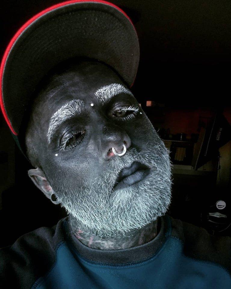 El hombre cubierto de tatuajes (5)