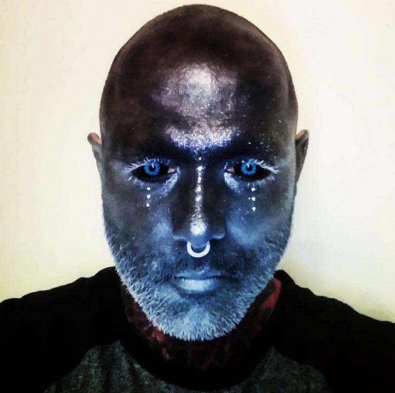 El hombre cubierto de tatuajes (7)