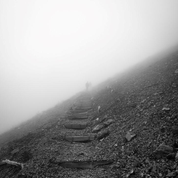 Escaleras montaña neblina