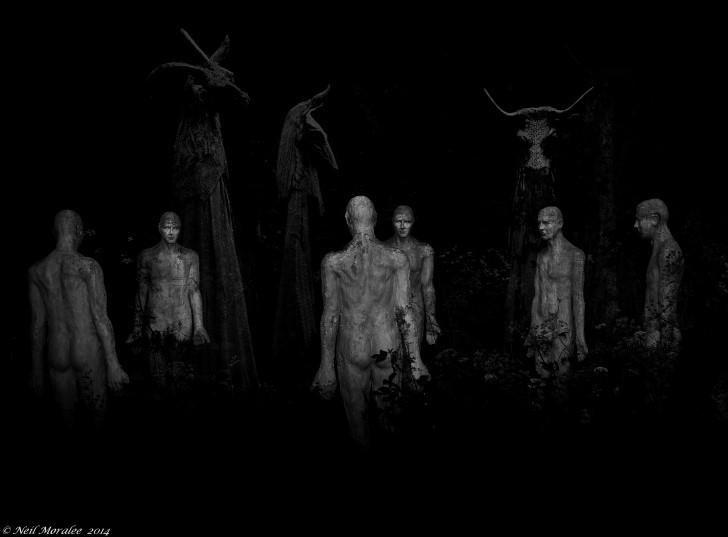 Estatuas tenebrosas en medio del bosque