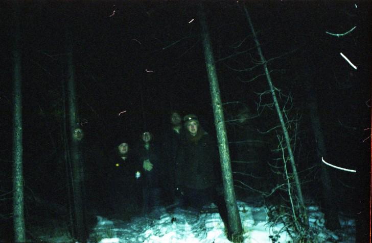 Familia en la noche bosque fantasma