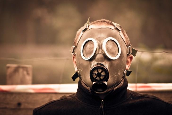 Hombre con mascara anti gas
