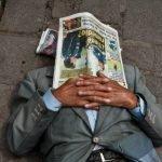 Hombre durmiendo en la calle