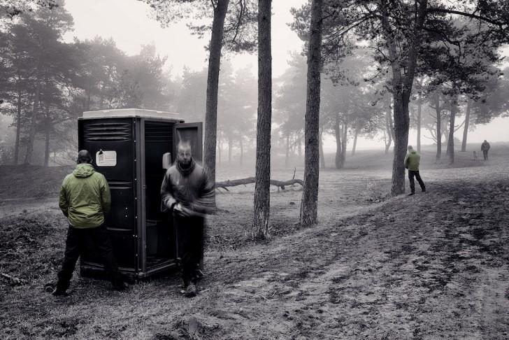Hombres orinando en el campo