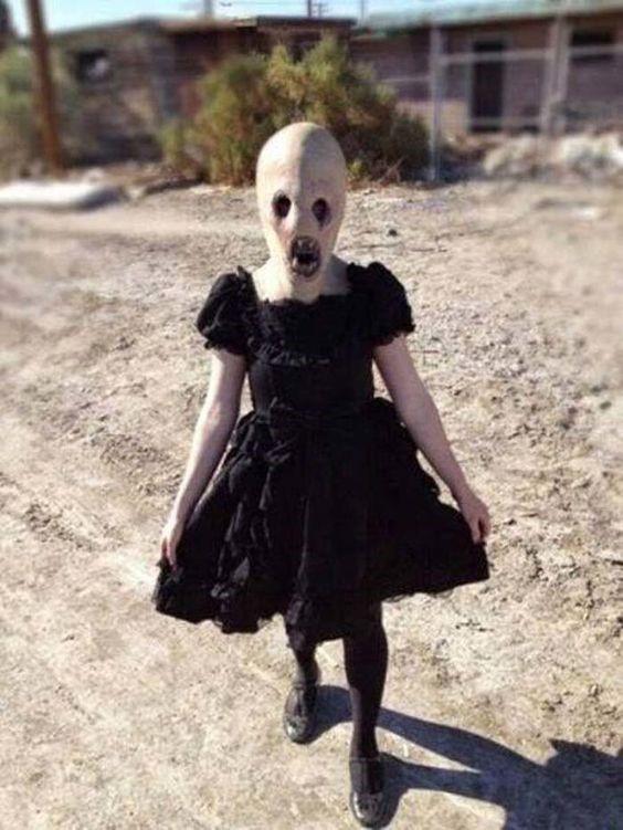 Monstruo disfrazado de niña
