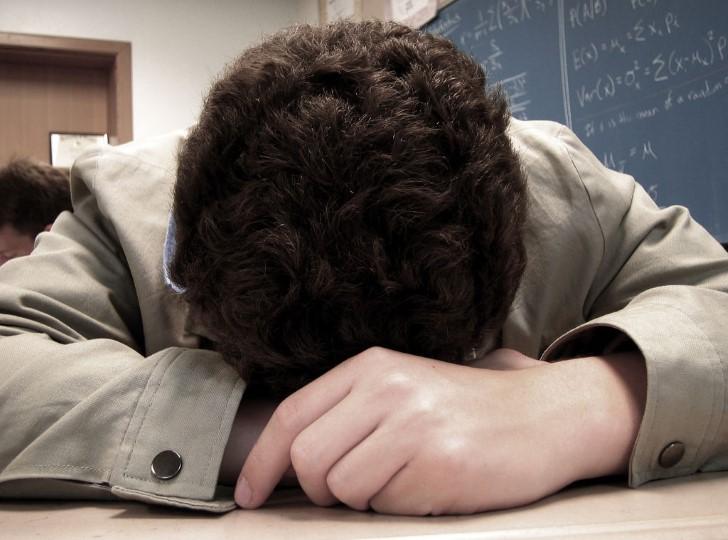 Estudiante dormido en clases