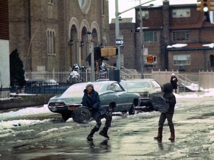 Jugando en una calle congelada