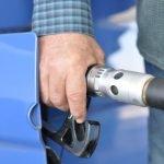 Hombre cargando gasolina