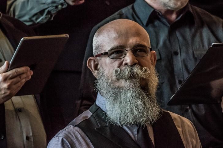 Hombre viejo con barba canosa
