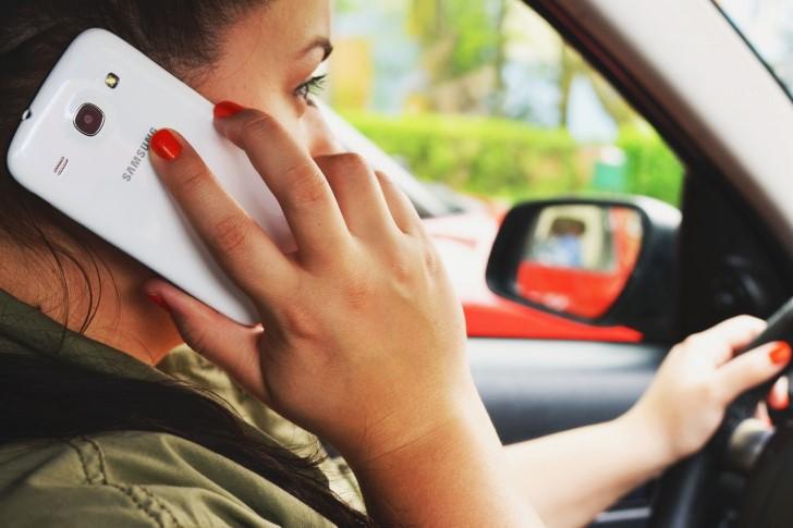 Mujer hablando por telefono mientras conduce