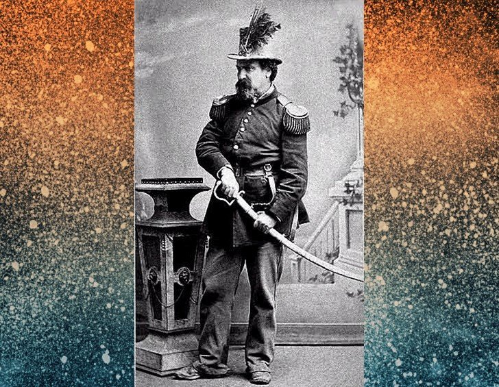 Norton i uniforme y espada