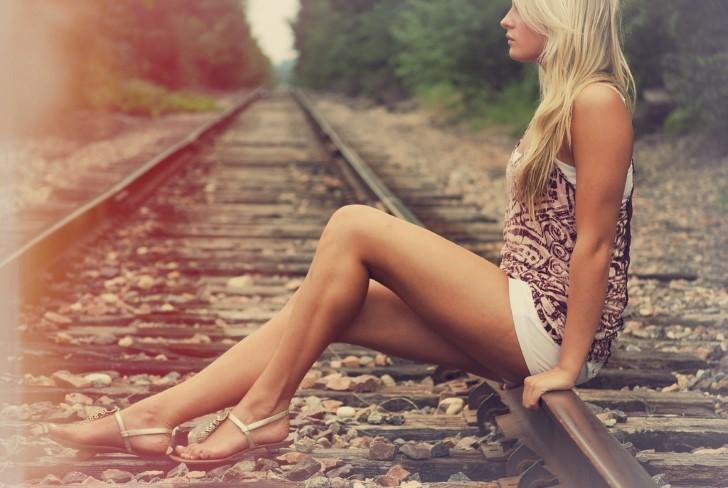 Chica solitaria en las vias del tren