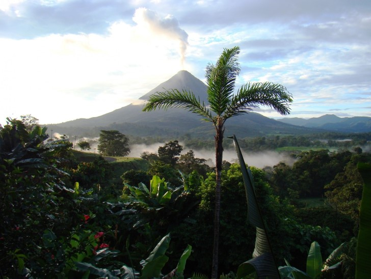 Fumarola volcan en costa rica
