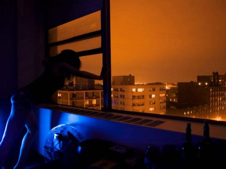 Hombre lanzandose por una ventana