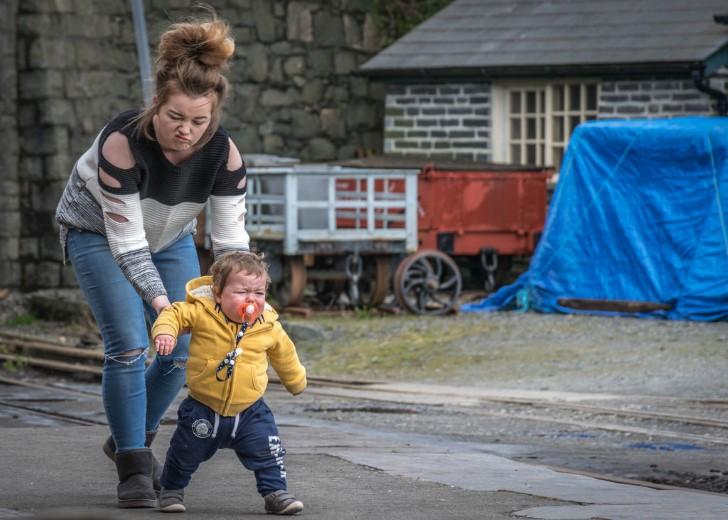 Madre ayuda a su hijo a caminar