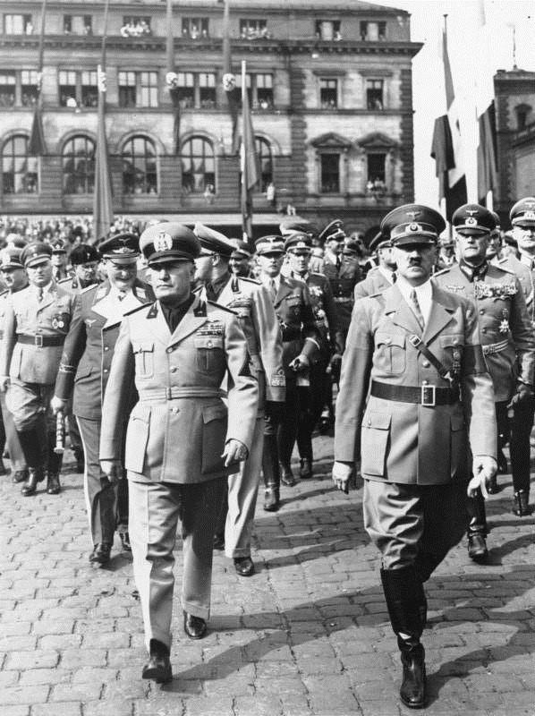Mussolini y hitler caminan a la par