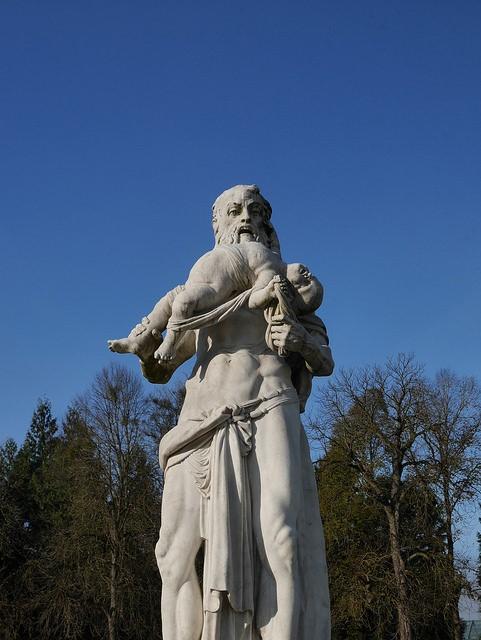 Estatua saturno devorando a su hijo