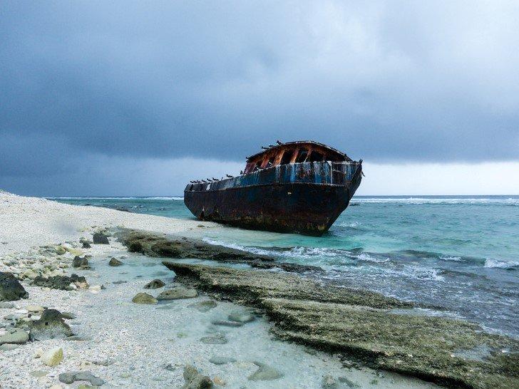 Barco encallado en la isla clipperton