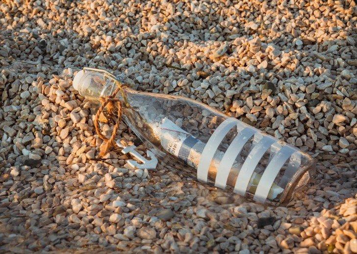 Botella con mensaje sobre la arena