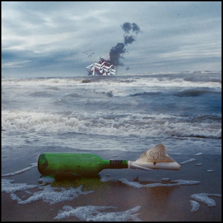 Mensaje botella en el mar sos