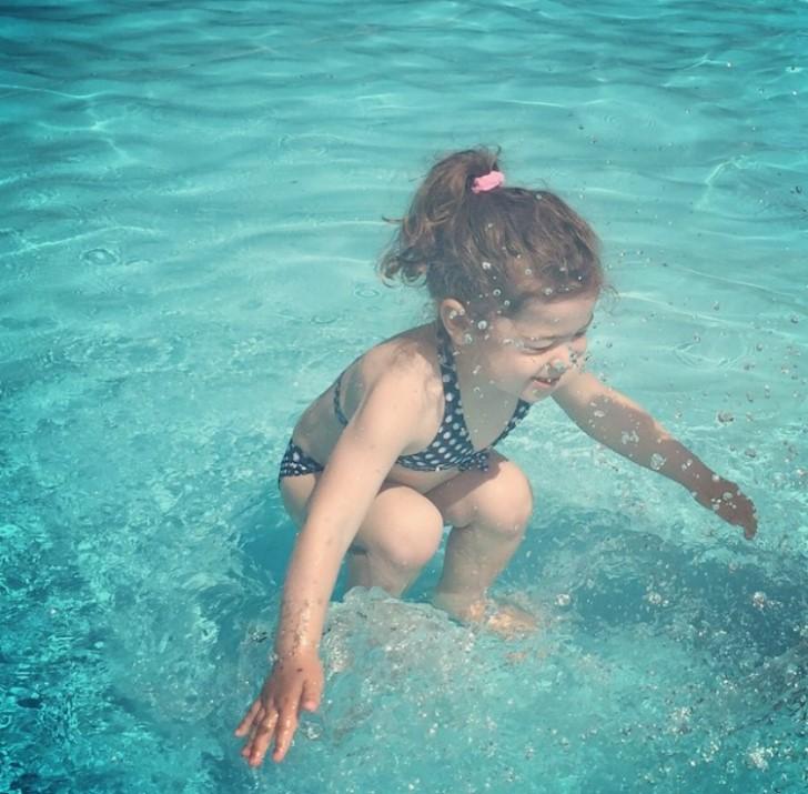 pequeña bajo el agua ilusion optica