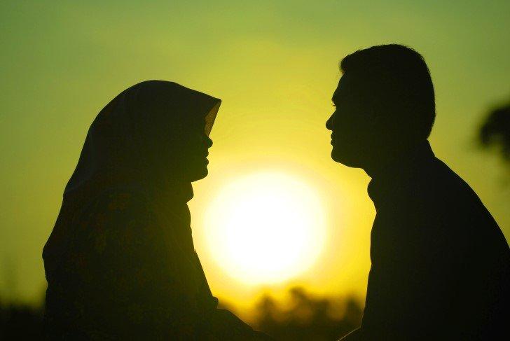 Silueta esposos enamorados