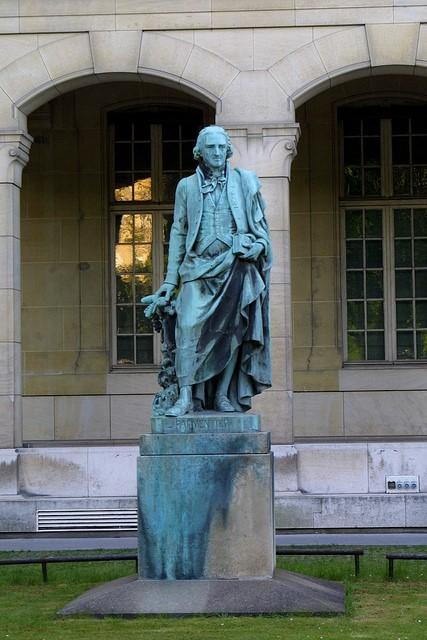 estatua a antoine parmentier en paris