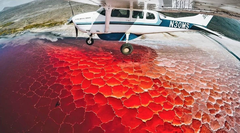 lago natron en africa suelo rojo