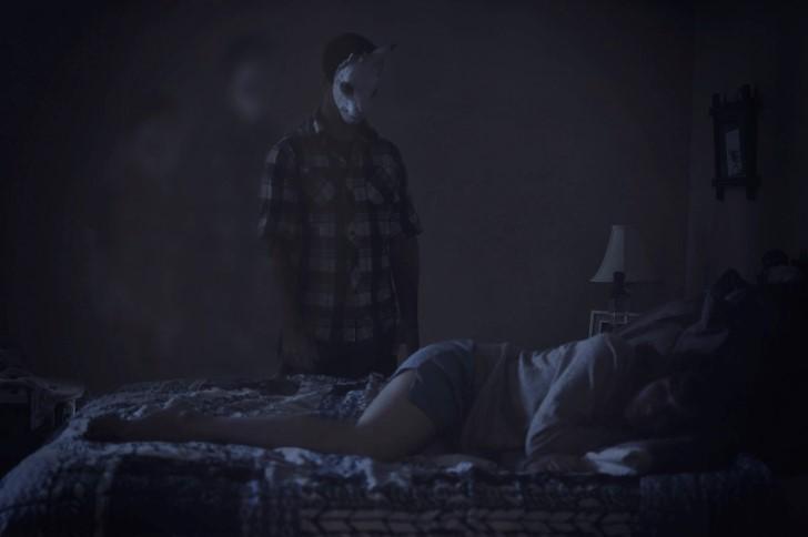 Monstruo observando mujer dormir
